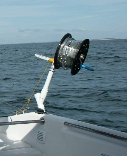 La pêche selon la première glace sur la perche de vidéo sur le balancier